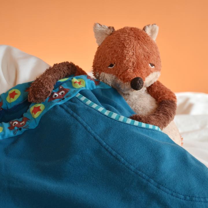 Stofftier im Bett