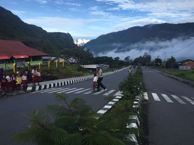 Satlantas Polres Puncak Jaya Gelar Strong Point di Kota Mulia