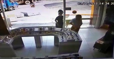 caf08beb9 Dois ladrões assaltaram uma loja do Armazém Paraíba localizada na cidade de  Lagoa Seca.