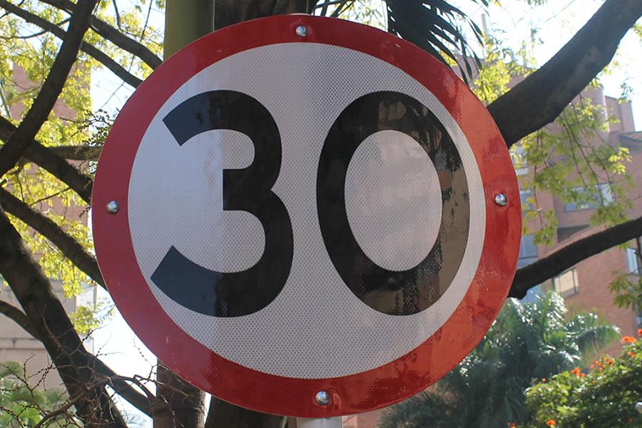 Señal de límite de velocidad. Foto por: Juan Carlos Morales S.