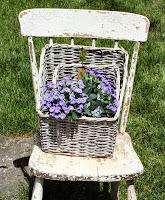 silla con cestas y flores