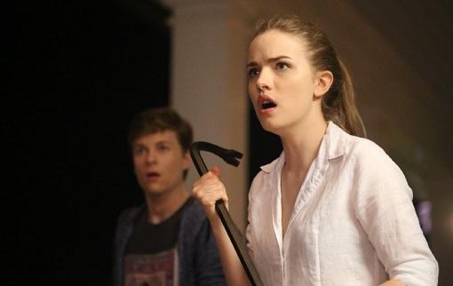 John Karna y Willa Fitzgerald en Scream
