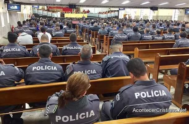 Policías en iglesia