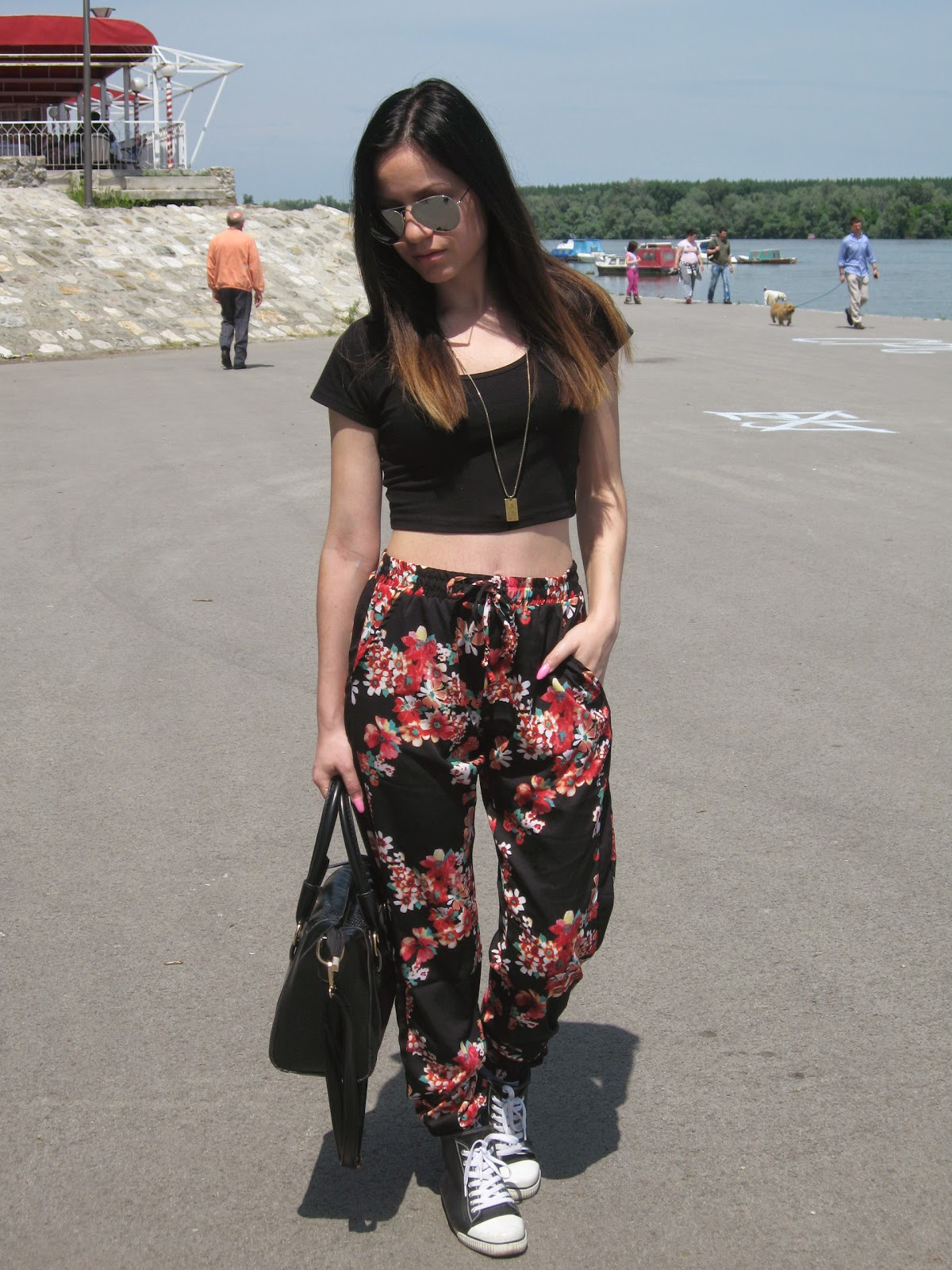 black tote bag, new yorker black crop top, terranova black floral baggy pants, aldo black sneakers, aviator sunglasses, casual look