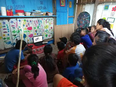 Compartiendo vídeos con los niños y niñas de la ONG.