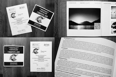 """Katalog wystawy CYBERFOTO 2019 i dyplom dla Łukasza Cyrusa za pracę pt. """"Z kodu powstałeś, w kod się obrócisz"""". fot. Łukasz Cyrus"""