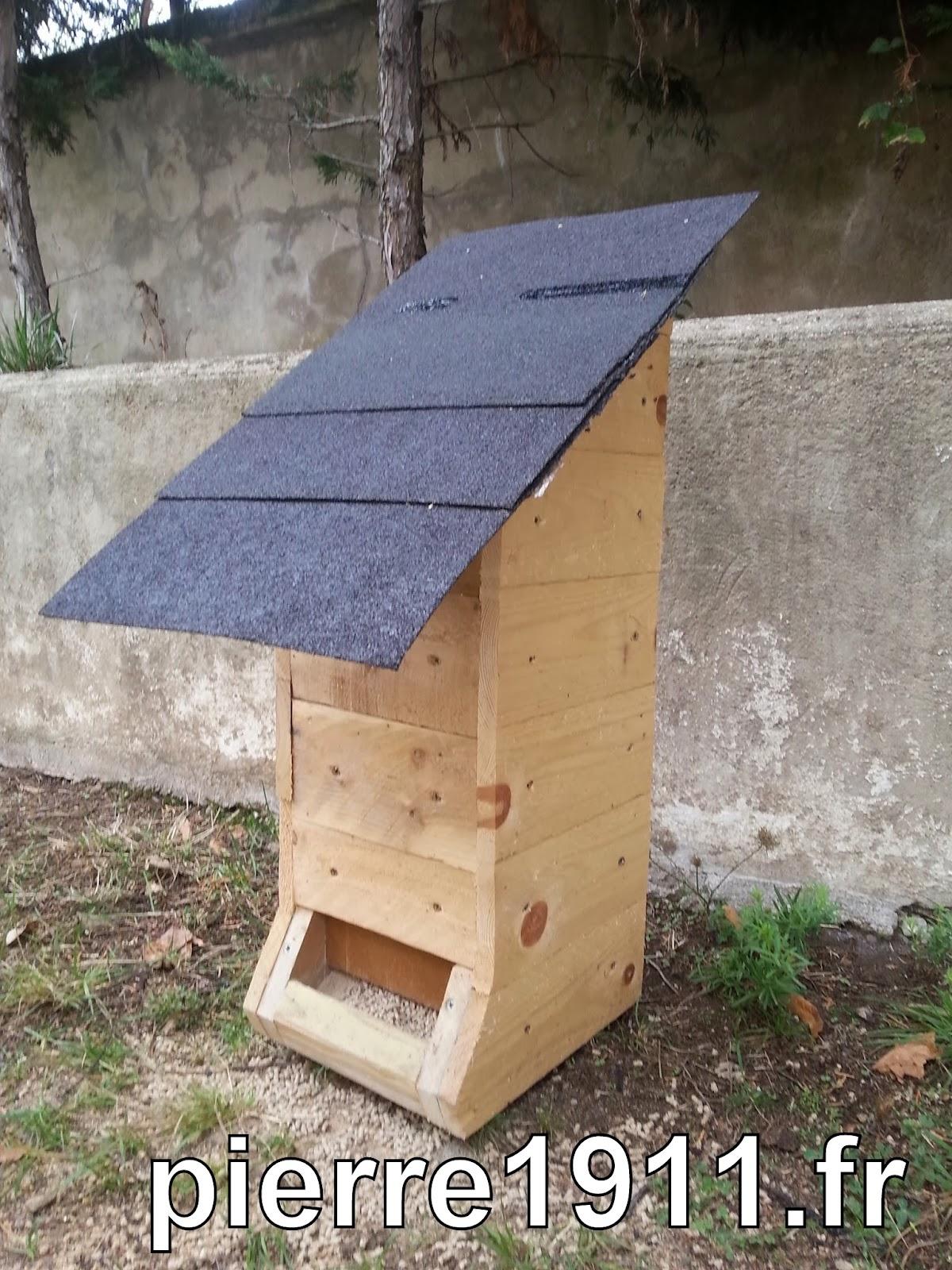 mangeoire pour poules en mati res recycl es autonomie alimentaire et nerg tique. Black Bedroom Furniture Sets. Home Design Ideas