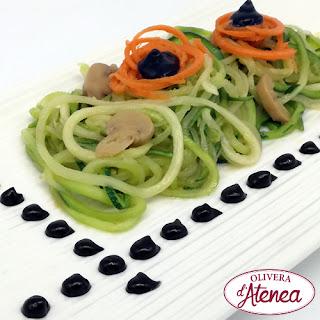 Espaguetis de calabacín con Alioli de Ajo Negro