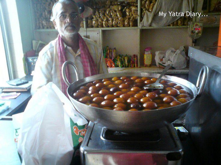 Gulab jamuns in Bharti Food, a mithailwala restaurant in Vrindavan