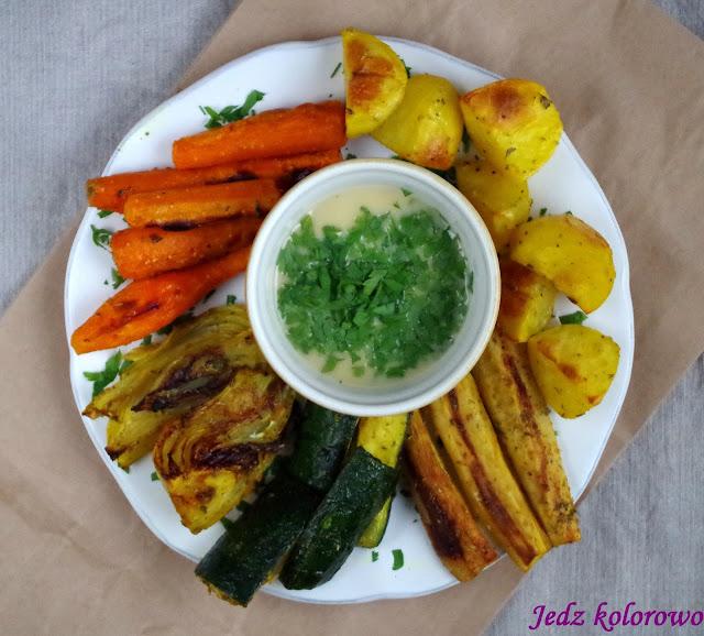 pieczone warzywa z dressingiem z tahini - wege, dieta antyhistaminowa