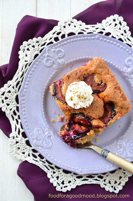 Weekend na słodko? Proszę bardzo! Poleca się rewelacyjne ciasto ze śliwkami :) Ucierane ciasta mają to do siebie, że szybko się je przygotowuje (idealne rozwiązanie w przypadku niespodziewanych gości), a do tego są mięciutkie, wilgotne i pełne smaku. Tutaj główną rolę grają, rzecz jasna, śliwki, ale ich smak świetnie podkręcają dodatki i przyprawy takie jak: koniak, cynamon i skórka pomarańczowa. Mistrzowskie i grzechu warte połączenie. Zachęcam :)