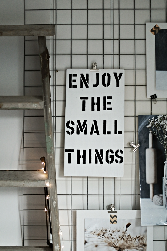 Blog + Fotografie by it's me! - Rooming Esszimmer - Schild Enjoy the small things