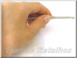 Foto mostrando uma pessoa canhota segurando a agulha de crochê com a mão esquerda no estilo faca.