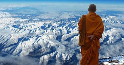 Un monje tibetano observa el Himalaya.