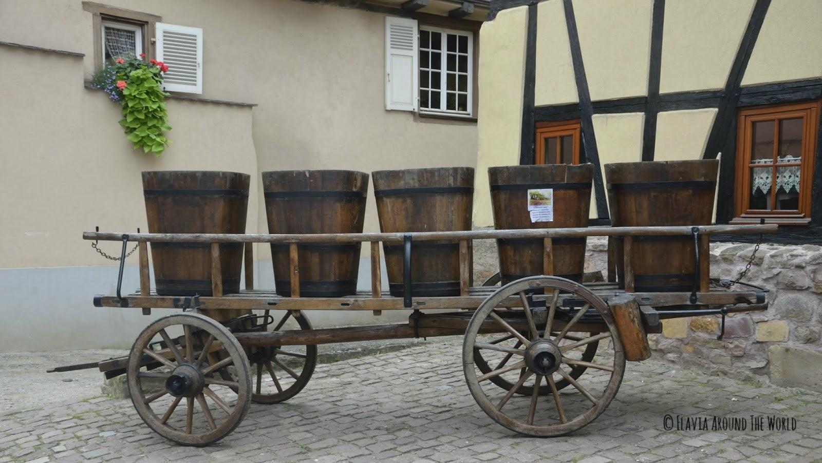 Carro de madera con recipientes para las vendimias en Eguisheim