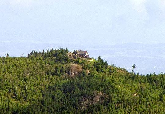 Schronisko na Wysokim Kamieniu (1058 m n.p.m.) w Górach Izerskich.