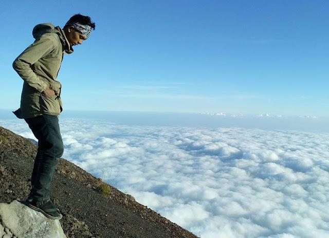 foto gunung agung bali diatas awan