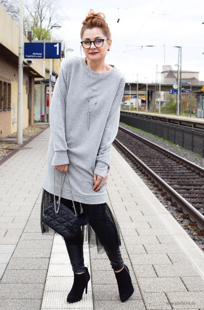 graues, langes Sweatshirt in Oversized mit Tüllrock in schwarz, gesteppte Tasche