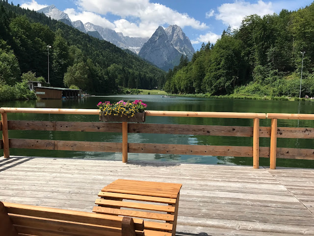 Chill out Liegen, Bunte Sommerblumen-Hochzeit am See und in den Bergen, Riessersee Hotel Garmisch-Partenkirchen, Bayern, nahe der Zugspitze, Hochzeitsplanerin Uschi Glas
