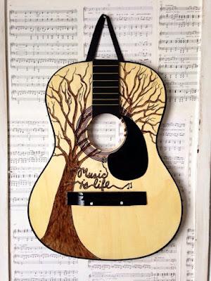 Guitarra y cuadro de arte.