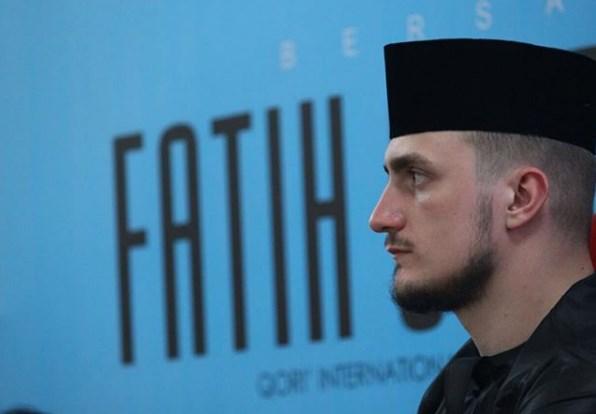 Fatih Seferagic, Hafidz Ganteng Dari Amerika Pakai Kopiah Hitam