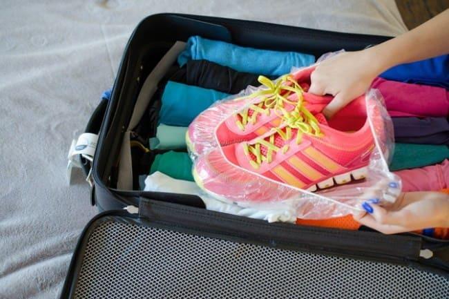 c11f3ca4b نضطر إلى وضع الحذاء في حقيبة السفر أو حتى في الخزانة ولكن لضمان عدم اتساخ  الملابس يُنصح بوضعه في قبعة الاستحمام .
