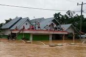 Masih Berada di Lokasi Banjir, Warga di Kecamatan Limun Bertahan di Atap Rumah