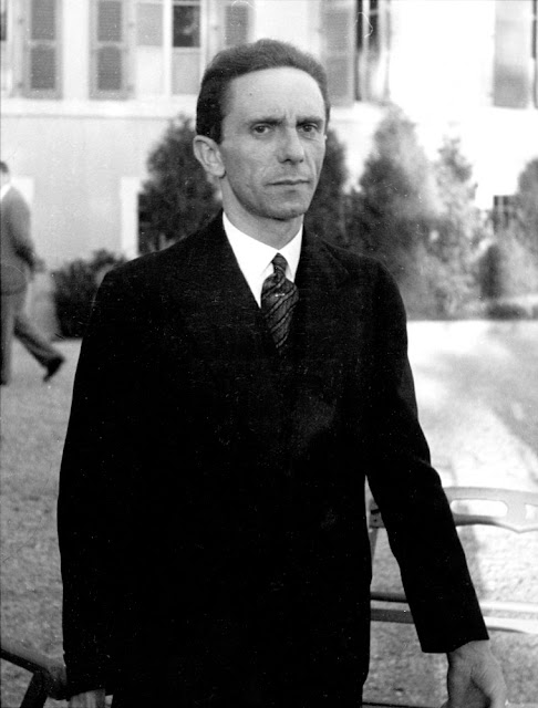 joseph goebbels Paul joseph goebbels (german: [ˈpaʊ̯l ˈjoːzəf ˈɡœbl̩s] ( listen) 29 october 1897 – 1 may 1945) was a german nazi politician and reich minister of propaganda of nazi germany from 1933 to.