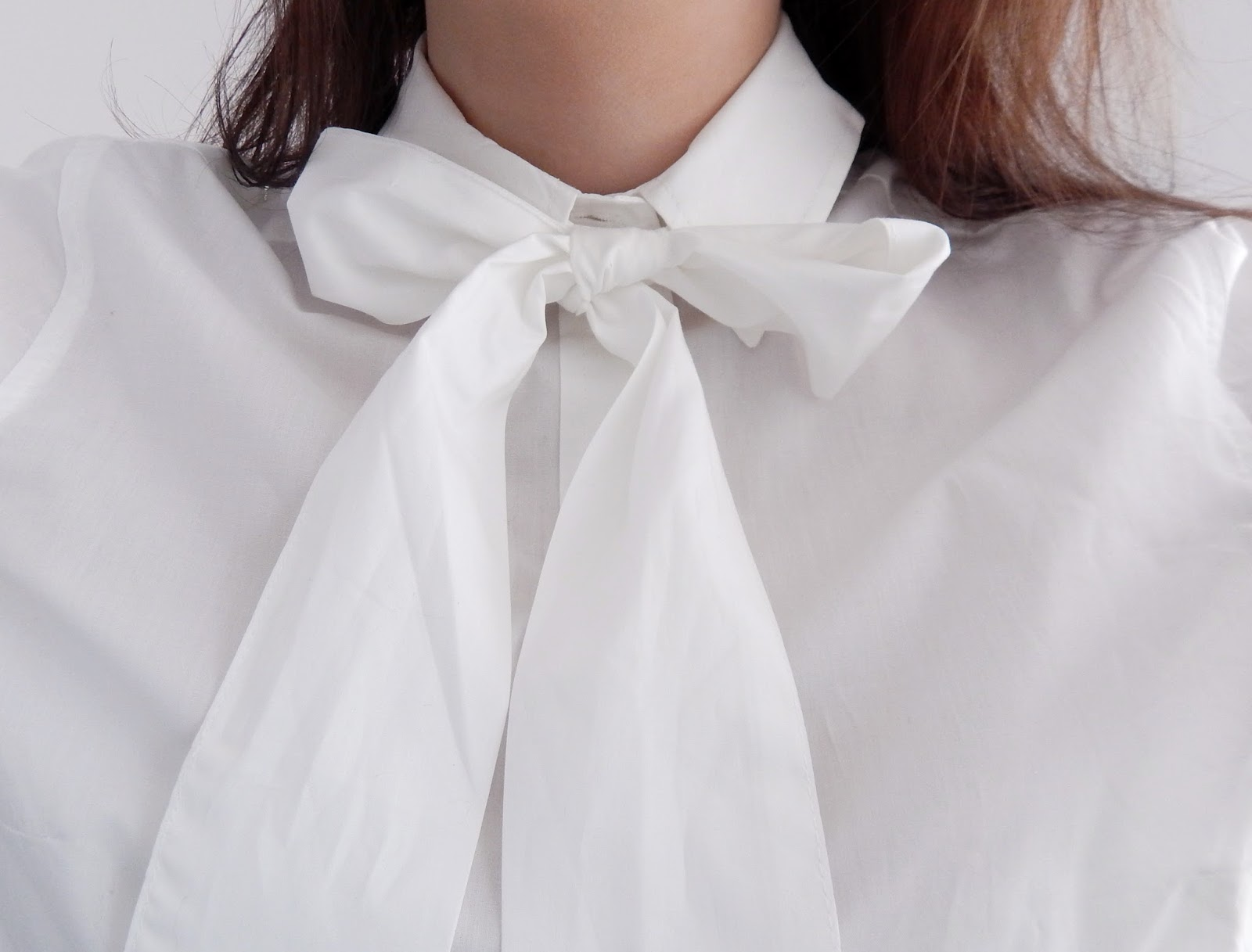 biała koszula detal