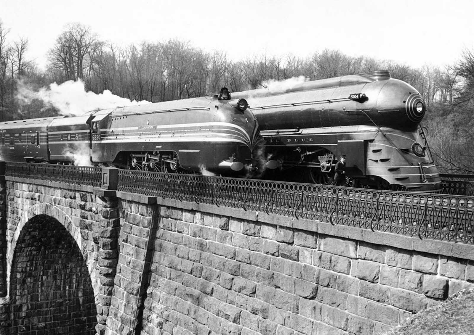 The Coronation Scot, in America for the New York World's Fair, made several runs between Washington and Baltimore, where she awakened considerable interest. The Coronation Scot stops here on a bridge near Washington, alongside the famous American train Royal Blue, on March 27, 1939.
