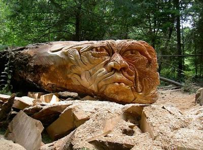 Escultura de maderahecha con una sierra eléctrica.