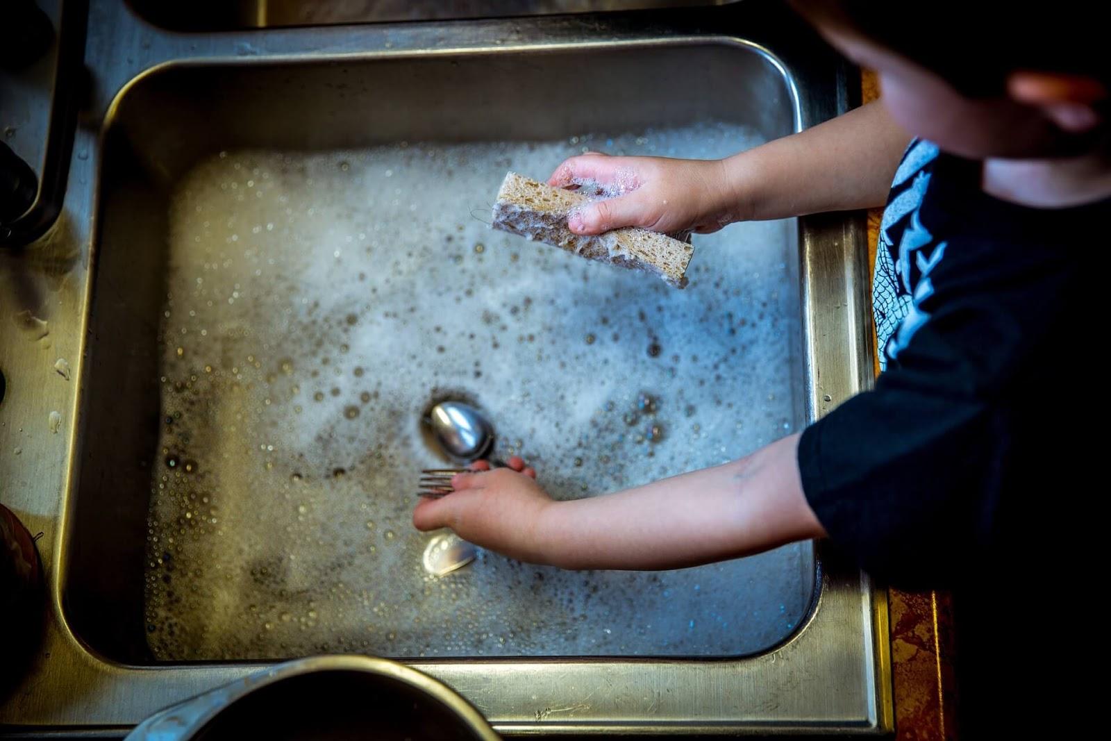 jak nauczyć dziecko sprzątać, sprzątanie, dzieci sprzątają
