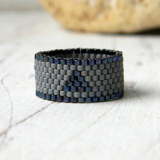 Серое минималистичное кольцо из бисера