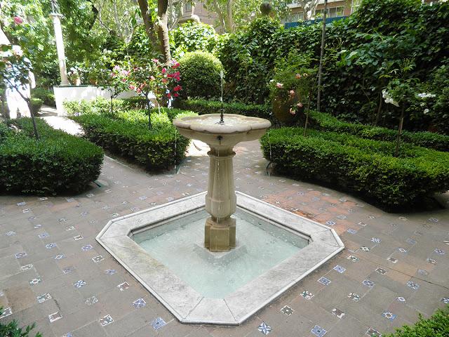 Fuente en el primer jardín, inspirada el Real Alcázar de Sevilla