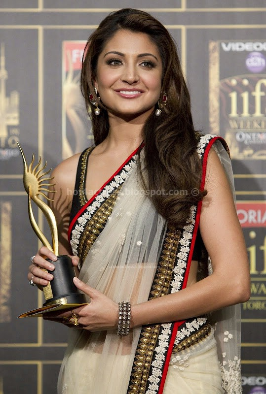 Anushka sharma  in saree at iifa awards 2011