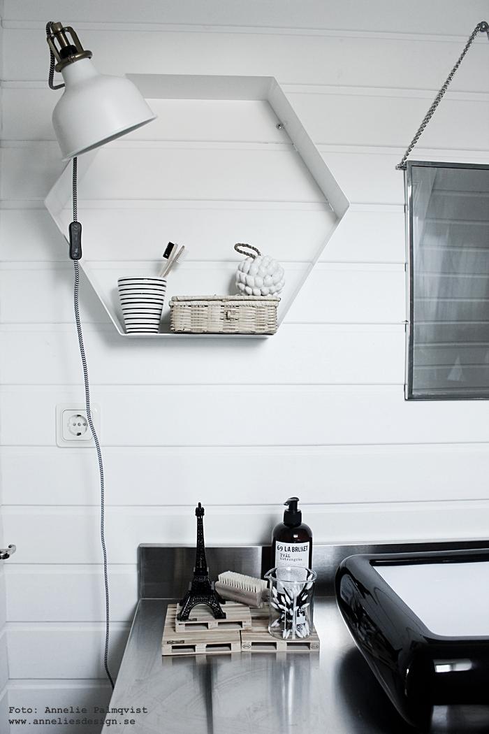 toalett, badrum, badrummet, tavla, tavlor, smink, sminktavla, sminktavlor, make up, powder, puder, annelies design, inredning, svart och vitt, svartvit, svartvita, poster, posters, konsttryck, print, prints, webbutik, webbutker, webshop, inredningsdetlajer, eiffeltorn som prydnad, eiffeltornet, svart, tvättfat, badrumsmöbel, panel, blandare, klämspot, ikea, spegel, speglar,