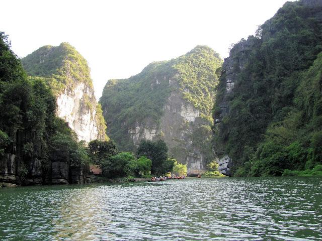 trang an boat tour ninh binh vietnam