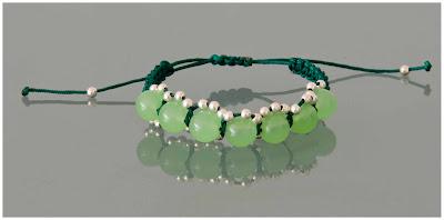 Pulsera de bolas de jade verde y plata, montada en nylon verde con terminales en plata