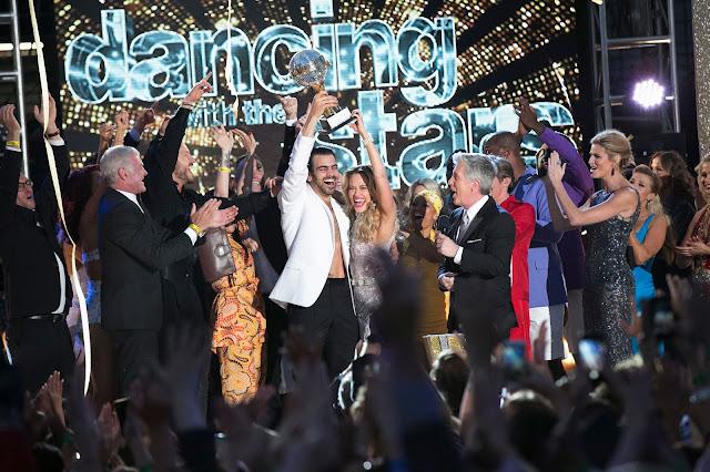 El modelo sordo Nyle DiMarco celebrando con su pareja de baile Peta el premio en Dacing with the Stars