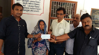 cheaq-given-to-late-up-sarpanch-wife