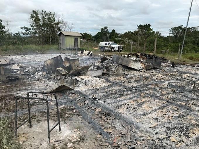 Aluno destrói escola em incêndio após professor chamar atenção por atraso no interior do Acre