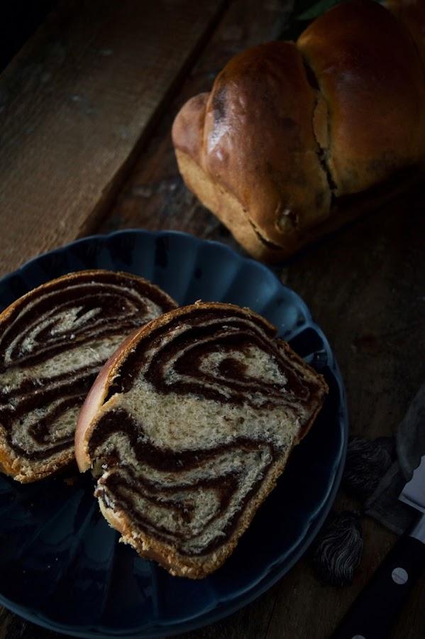 Cozonac, pan dulce relleno de chocolate y nueces para Pascua