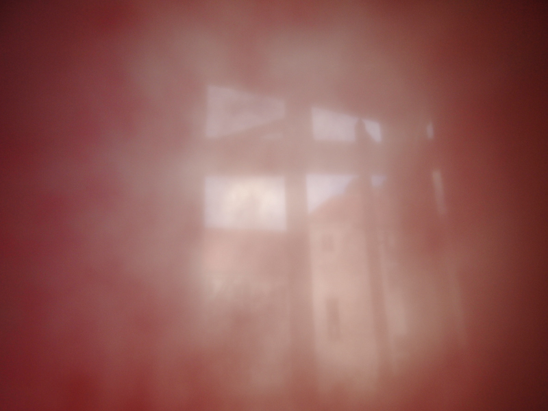 rosa Fenster, Fenster hinter Transparentpapier