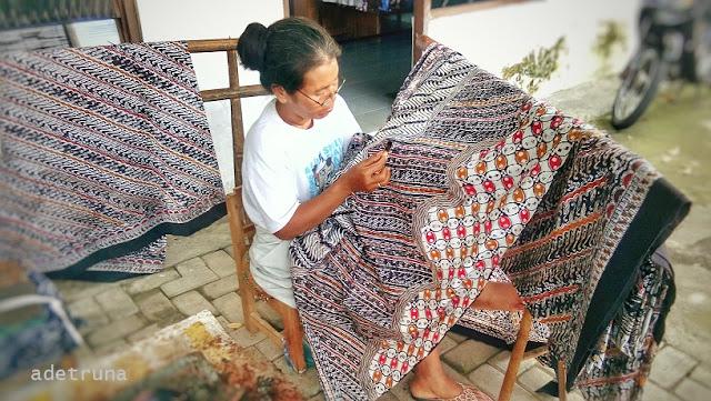 ibu membatik di Taman Sari Yogyakarta