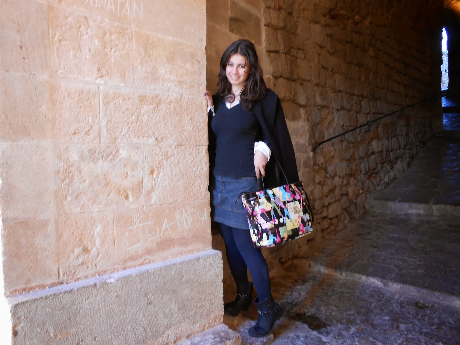 http://sweetdreamofarosefashionblog.blogspot.com.es/2014/01/colourful-bag.html