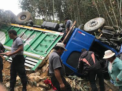 Un muerto y dos heridos tras caída de camión a un abismo en Agallpampa