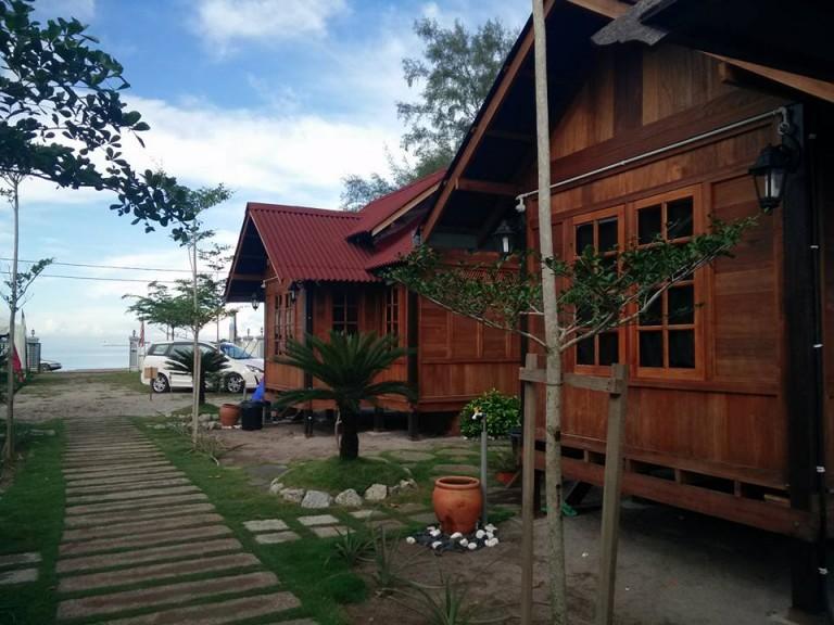 Desa Damai Chalet Terletak Di Tepi Pantai Pengkalan Balak Melaka