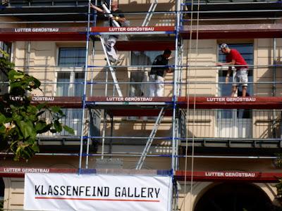 """Gerüst, Bauarbeiter, Schild: """"Klassenfeind Gallery"""""""