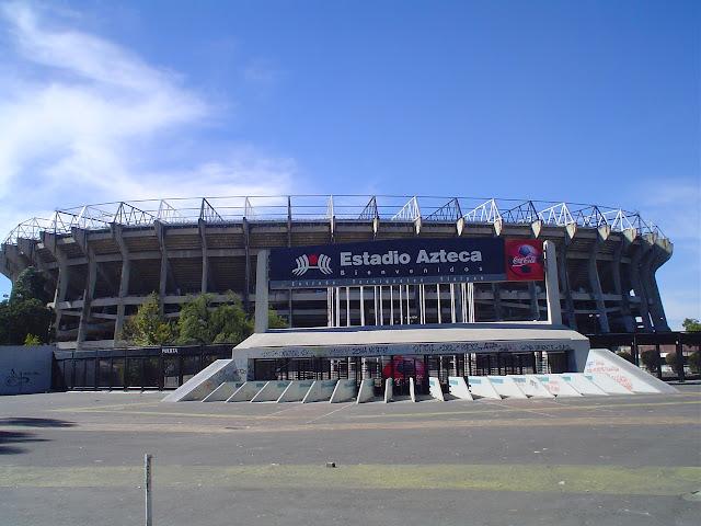 Entrada del Estadio Azteca en foto de Wikimedia Commons