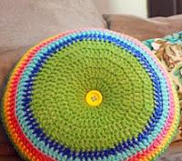 http://translate.googleusercontent.com/translate_c?depth=1&hl=es&rurl=translate.google.es&sl=en&tl=es&u=http://easymakesmehappy.blogspot.com.es/2011/03/easy-striped-16-round-pillow-crochet.html&usg=ALkJrhj9Vt6wvOJLp_wjeYLR74GqakO_tQ